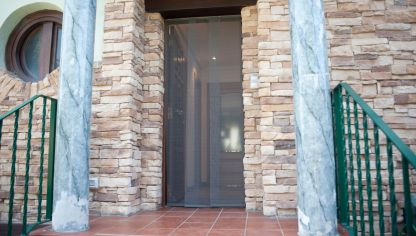 Cortina mosquitera para puerta bricoman a for Puerta mosquitera