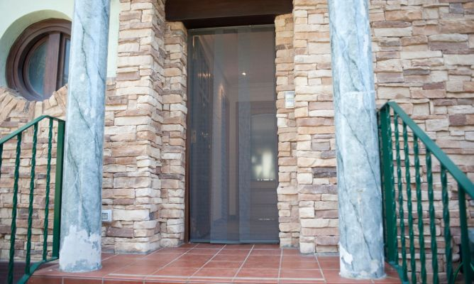 Cortinas exteriores para puertas cortinas para decoracion for Cortina mosquitera puerta