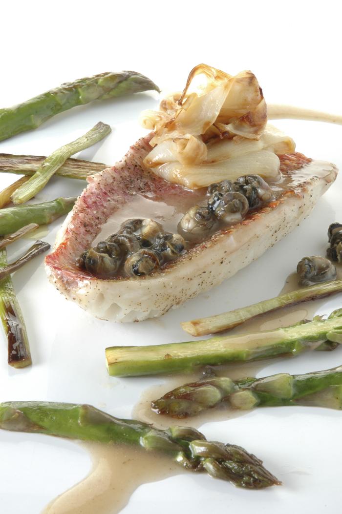 Filetes de salmonete con bígaros y espárragos