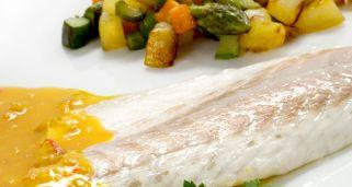 Receta de lubina a la sal con pisto karlos argui ano for Salsa para lubina a la sal