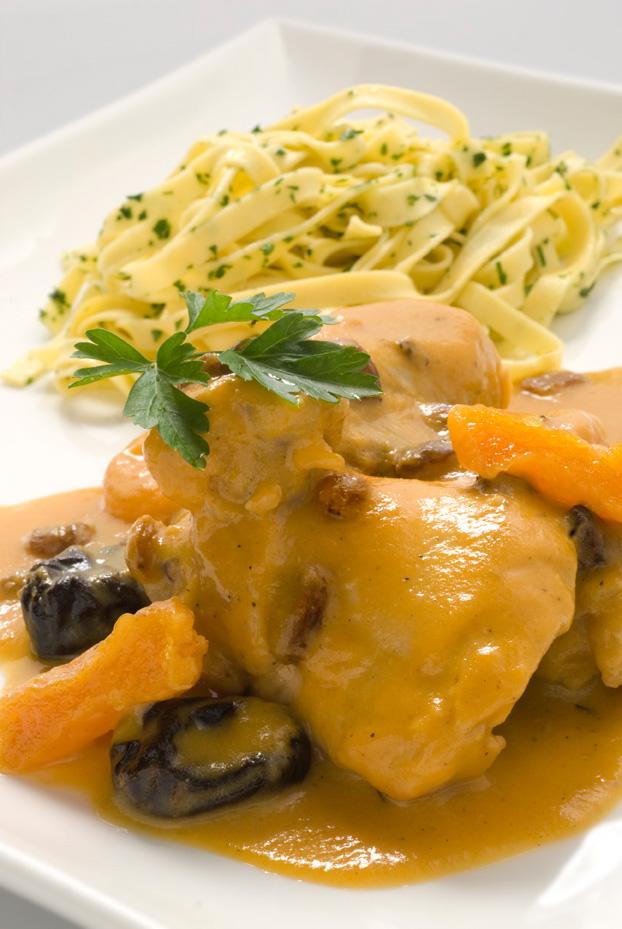 Pollo con salsa de frutas, pasas y pasta
