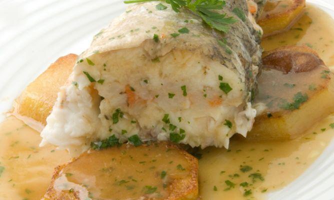 Receta de cola de merluza rellena de gambas karlos argui ano - Merluza rellena de marisco al horno ...