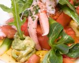 Ensalada de sandía con tomate, bogavante y aguacate