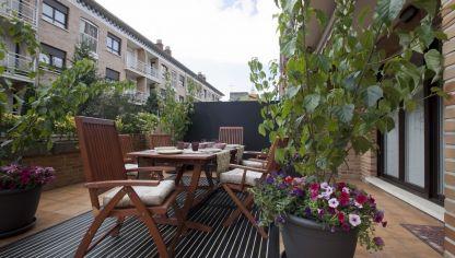 C mo ganar intimidad en terrazas y balcones hogarmania for Decorar terrazas alargadas