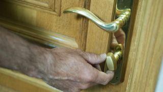 Cambiar bombín de puerta paso a paso