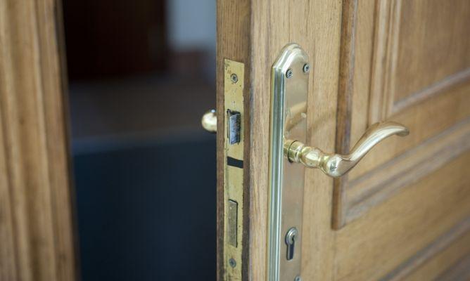 Cambiar bomb n de puerta paso a paso bricoman a for Bombin de puerta