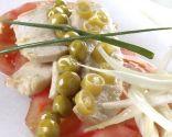 Ensalada de tomate, ventresca y guisantes en escabeche