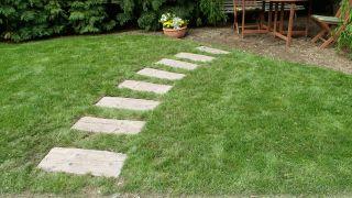 Hacer un sendero en el jardín con traviesas
