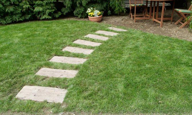 Hacer un sendero en el jard n con traviesas bricoman a for Colocar adoquines en jardin