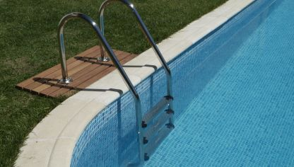 Puesta a punto de la piscina hogarmania for Escaleras de piscina