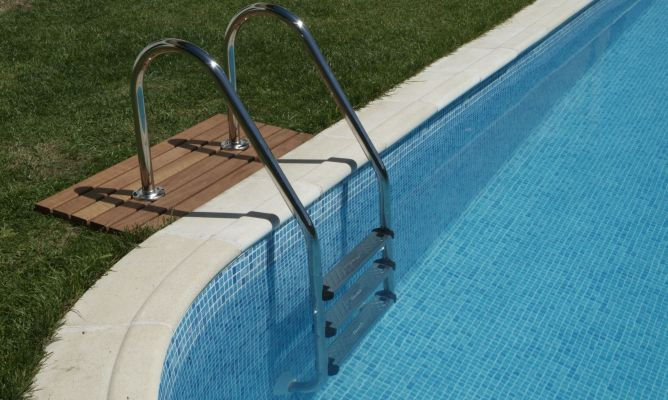 Colocaci n de escalera en piscina bricoman a for Escalones piscina