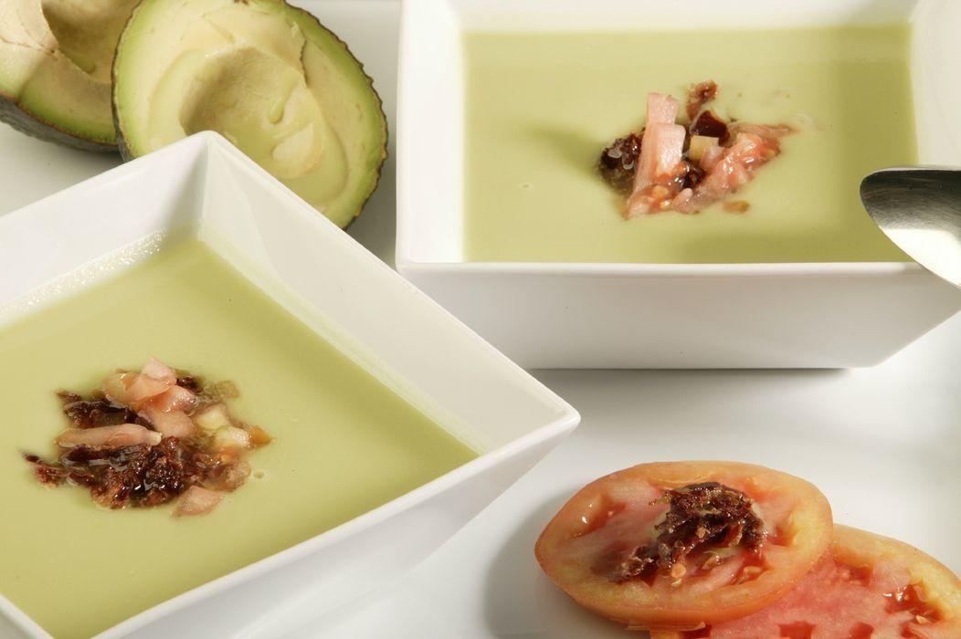 Sopa fría de aguacate con jamón