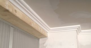Colocaci n de cornisa de poliestireno bricoman a - Molduras techo poliestireno ...