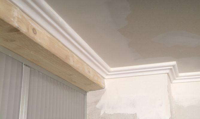 Instalaci n de cornisa en techo de yeso laminado bricoman a for Como poner pladur en el techo