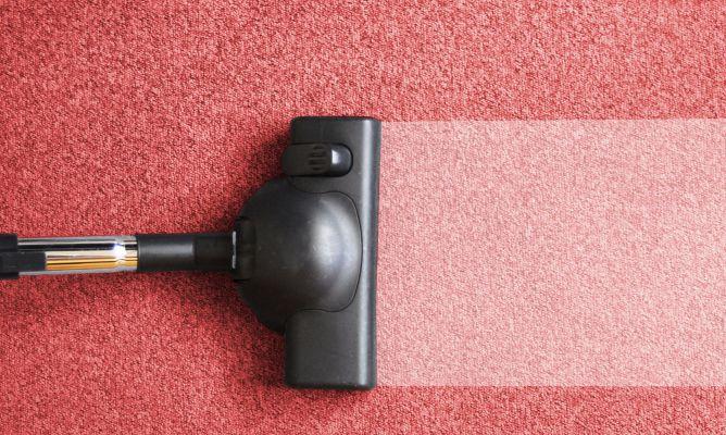 Aspirar las alfombras y moquetas hogarmania - Como limpiar las alfombras en casa ...