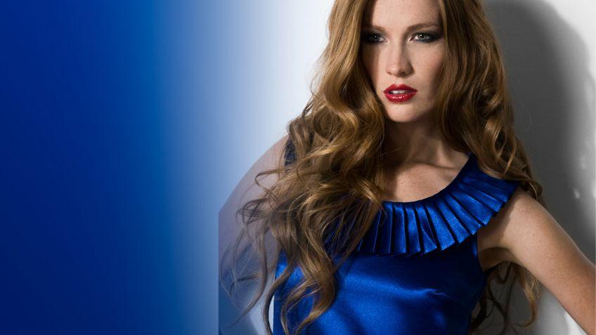 Vestido azul complementos fucsia