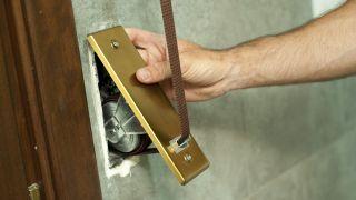 Cómo arreglar la caja de la correa de la persiana