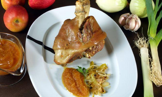 Receta de Codillo asado con puré de manzana - Karlos Arguiñano