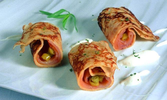 Receta de crepes de salm n ahumado con salsa de yogur y - Aperitivos de salmon ahumado ...