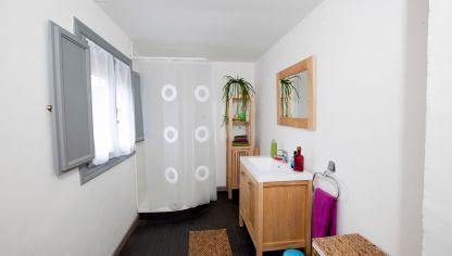 Ba o luminoso en azul de estilo cl sico decogarden for Actualizar dormitorio clasico