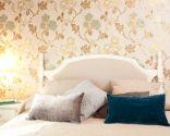 Habitación íntima y romántica con papel pintado