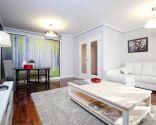 Salón despejado, armonioso y confortable