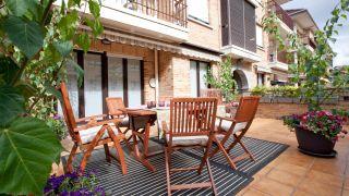 Terraza veraniega, divertida y confortable