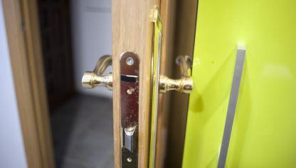 Puerta abatible para mueble bricoman a for Como arreglar una puerta de madera