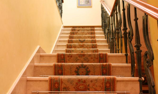 seguridad infantil en la entrada de la casa y escaleras