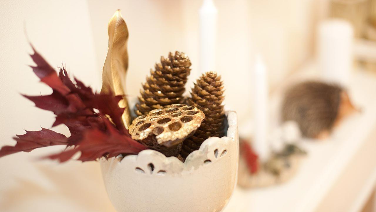 Decoración de Navidad con piñas secas