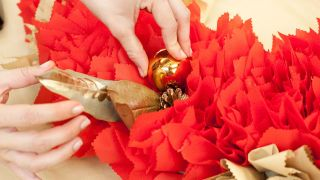 Paso a paso para decorar una chimenea y corona navideña - Paso 15