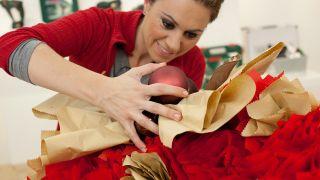Paso a paso para decorar una chimenea y corona navideña - Paso 17