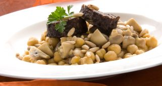 Garbanzos con champi�ones, morcilla y pi�ones