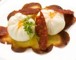 Huevo flor con torta de patata y chorizos