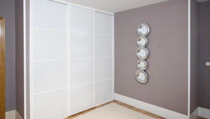 Puerta corredera en mueble bricoman a - Como hacer un armario con puertas correderas ...