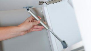 Cómo colocar un brazo hidráulico en una puerta