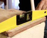 Colocar una losa de barro en un murete