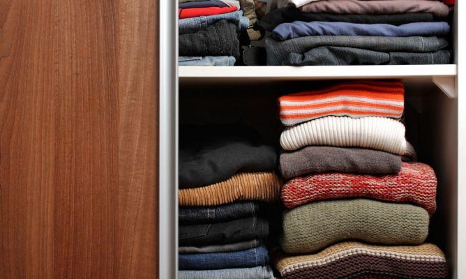 Ordenar el armario hogarmania - Truco para doblar camisetas ...