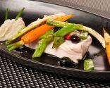 Pez espada al grill con salteado de verduras y frutas