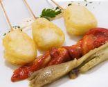 Bocados de bacalao en tempura con berenjena y pimientos asados