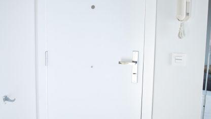 Regular bisagra de cazoleta bricoman a for Burlete puerta decorativo