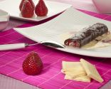 Crepes negros con fresas y chocolate blanco