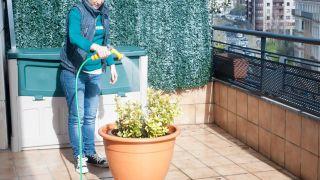 Cómo conectar una manguera a un grifo