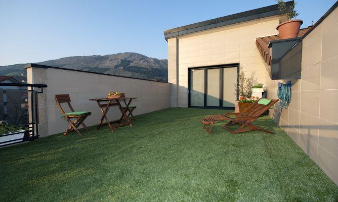 Colocar hierba artificial en terraza Bricomana