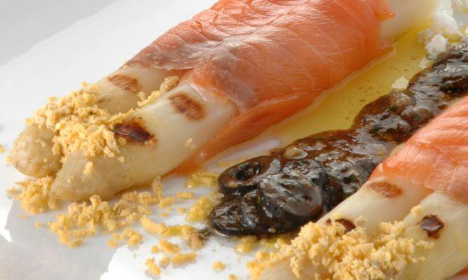Receta de esp rragos frescos a la plancha con salm n - Aperitivos de salmon ahumado ...