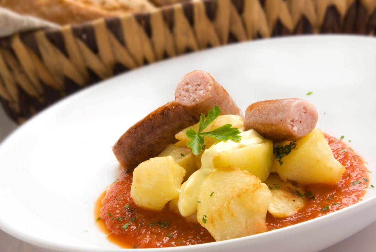 Patatas bravas con salchichas