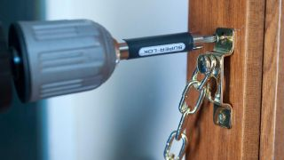 Cómo colocar una cadena de seguridad en la puerta