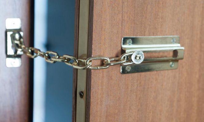 Cadena de seguridad en puerta bricoman a - Cerrojo de seguridad para puertas ...