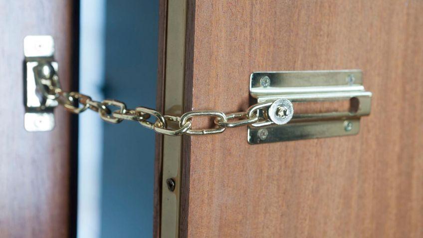 Cadena de seguridad en puerta - Bricomanía