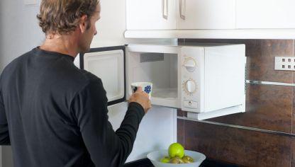 C mo colocar cuadros a nivel bricoman a - Colgar microondas cocina ...